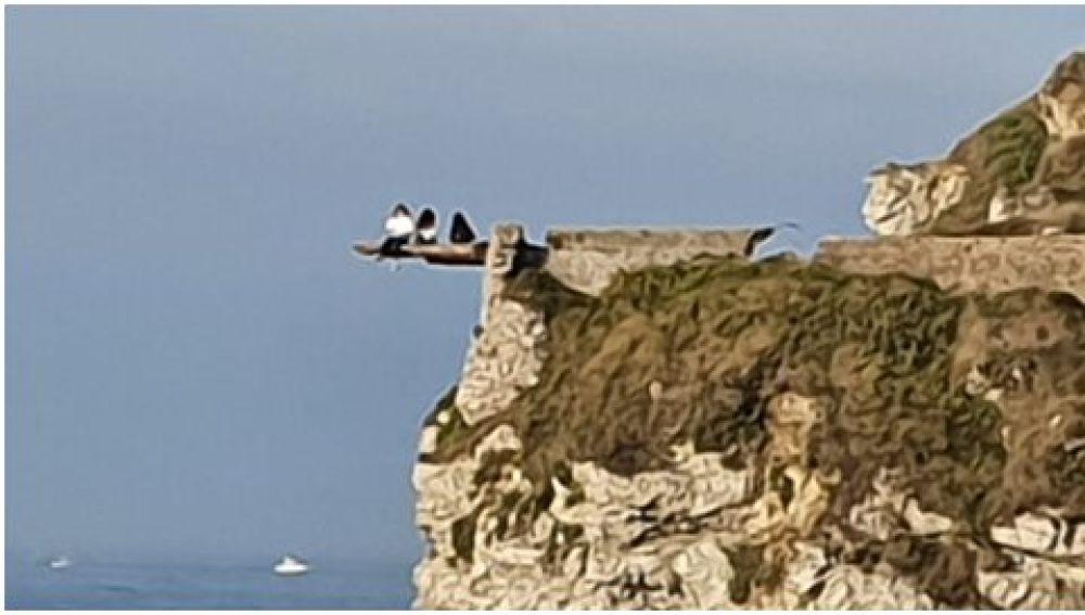 Los tres jóvenes en un acantilado