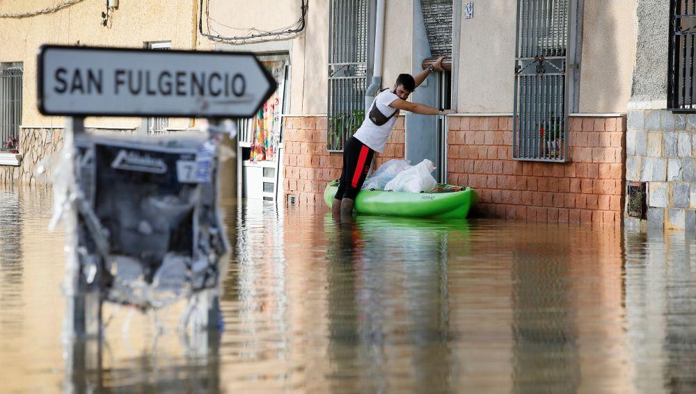 Vecinos de la población Dolores (Alicante) siguen con las tareas de limpieza e intentan retomar la normalidad este lunes.