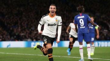 Rodrigo celebra su gol contra el Chelsea en Stamford Bridge