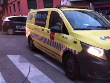 Una ambulancia y un coche de Policía Nacional en el lugar de los hechos