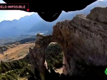 El salto base definitivo: un español intenta atravesar un arco natural en Huesca