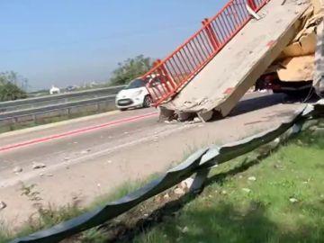 Un camión derriba la pasarela peatonal de acceso al puerto de El Saler