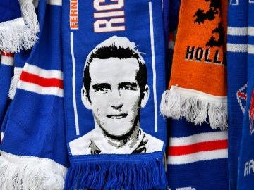 Una bandera con la cara de Fernando Ricksen