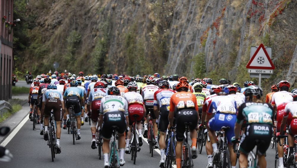 Ciclistas circulan durante una etapa