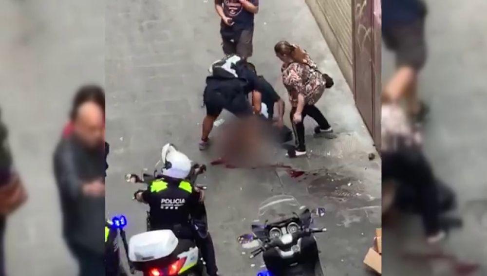 Los Mossos buscan al autor de un doble apuñalamiento en El Raval de Barcelona