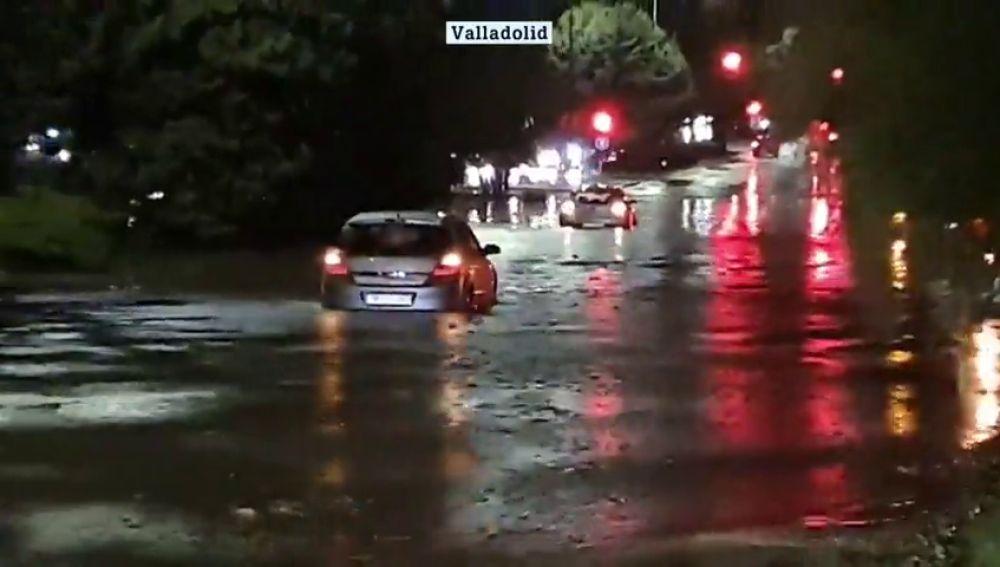 Una tromba de agua inunda en solo 20 minutos las calles y los túneles de Valladolid