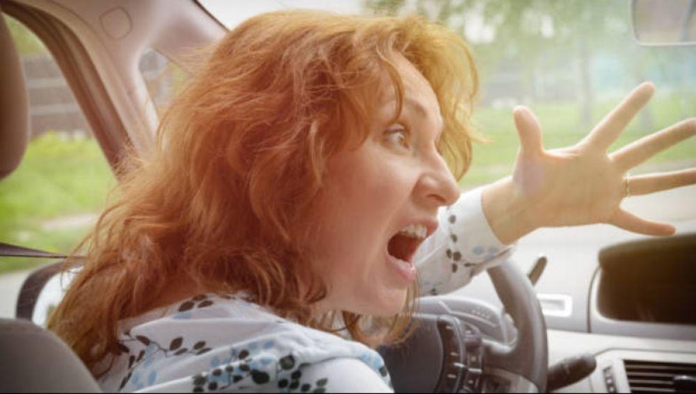 Conductor enfadada al volante
