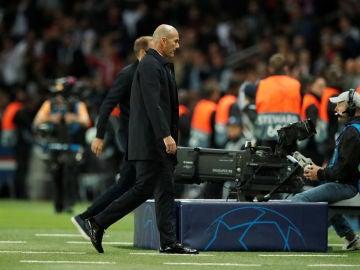 Zidane, cabizbajo en el Parque de los Príncipes