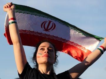 Una mujer iraní presencia un partido de fútbol