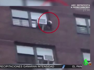 Las imágenes de un niño de tres años a punto de caer al vacío desde 40 metros de altura