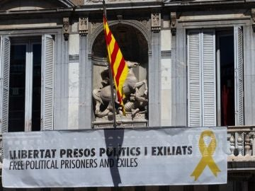 Imagen de la pancarta y el lazo amarillo de la Generalitat