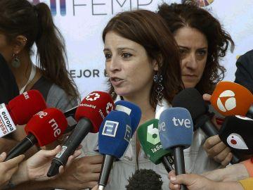 Adriana Lastra ante los medios