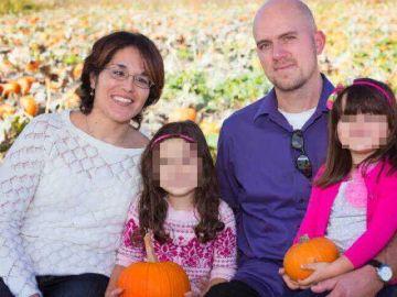 Jacob Forman junto a su mujer y sus hijas
