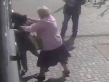 Una anciana se enfrenta a su atracadora
