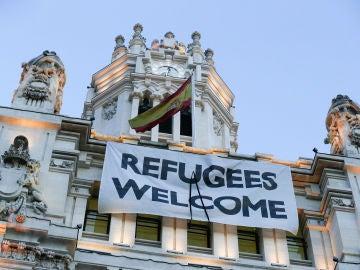Pancarta de bienvenida a los refugiados instalada en el Ayuntamiento de Madrid.