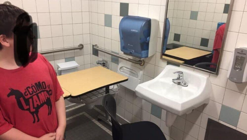 Imagen compartida por la madre del niño del pupitre y la silla que le habían puesto en el cuarto de baño.