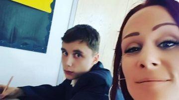 Imagen de la madre que se sentó junto a su hijo en clase para evitar que fuera grosero con los profesores