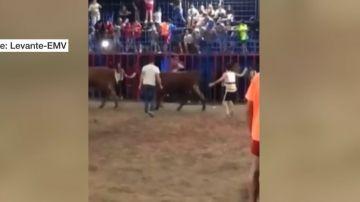 Un toro embiste a un niño tras caerse de la grada en Tavernes de la Valldigna, Valencia.