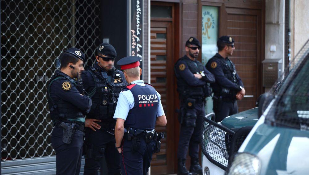 Agentes de la Guardia Civil durante el registro de un domicilio en Sabadel en el marco de la operación dirigida por la Audiencia Nacional.