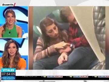 Graban a una chica espiando el teléfono móvil de su novio mientras duerme en el tren