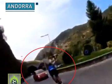 Un ciclista se mete a una rotonda por el lado contrario