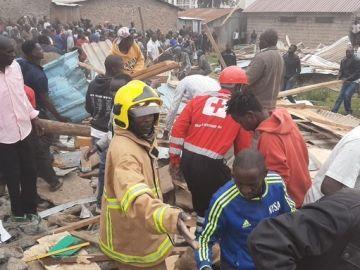 Los equipos de rescate trabajan en la zona del derrumbe de la escuela