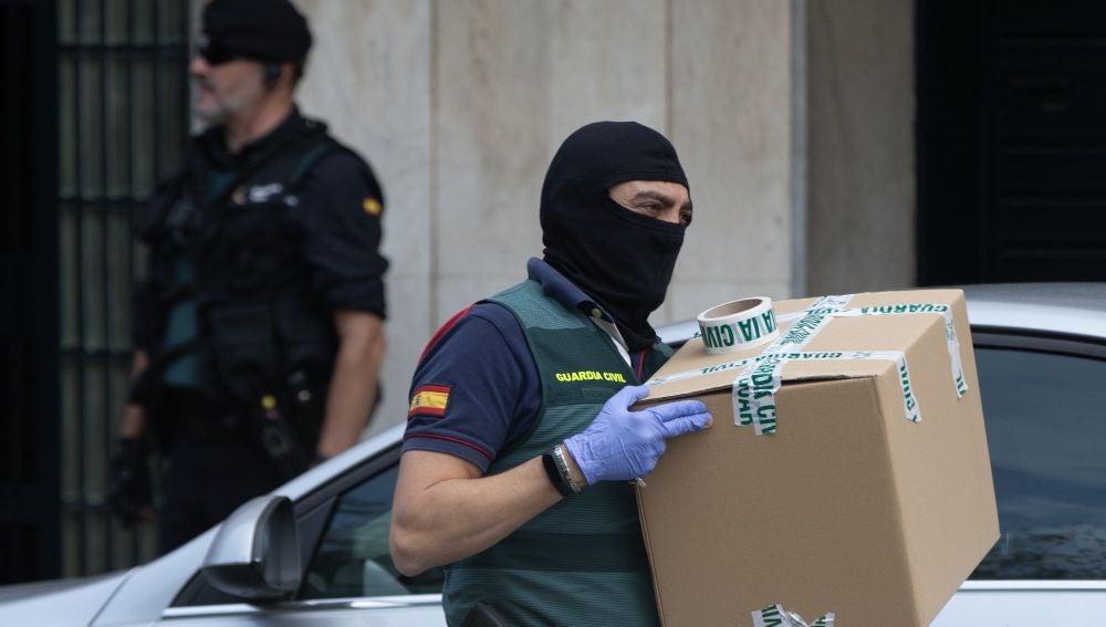 Agentes de la Guardia Civil durante el registro de un domicilio en Sabadell en una operación contra los CDR