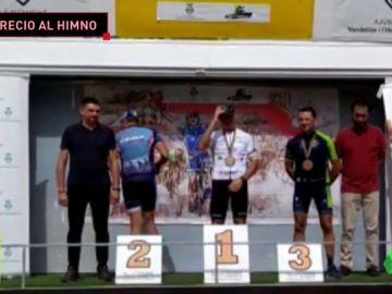 Un Mosso d'Esquadra se baja del podio de una prueba cuando suena el himno de España
