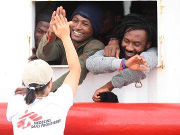 Los 182 migrantes del barco humanitario Ocean Viking desembarcan en Sicilia