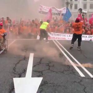 Cientos de trabajadores marchan contra el cierre de Vesuvius