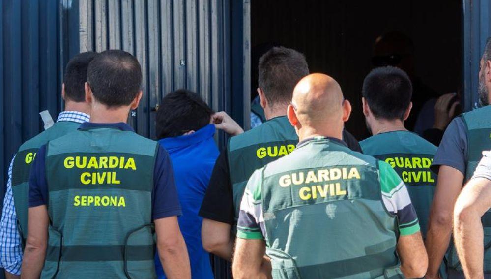 Los agentes registran la nave de Magrudis durante una operación policial