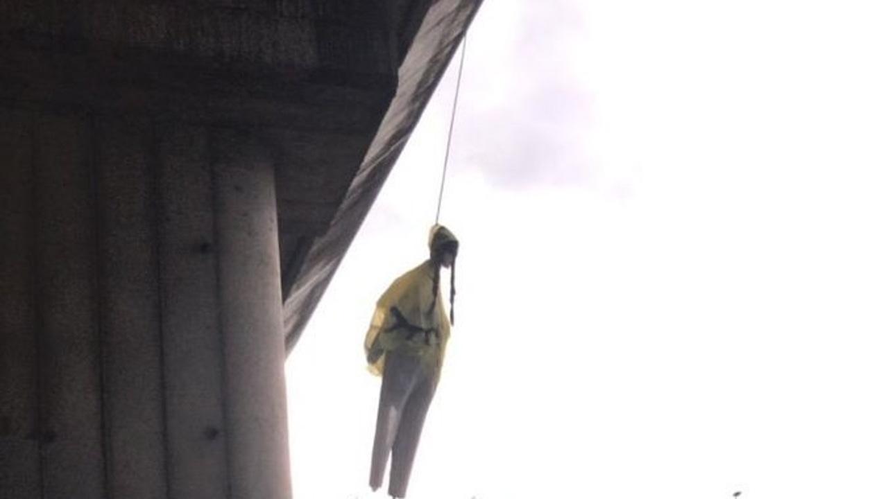 El muñeco con la cara de Greta Thunberg que han colgado en un puente de Roma
