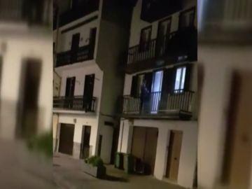 Un joven graba cómo un vecino dispara con una escopeta desde su casa en Hondarribia