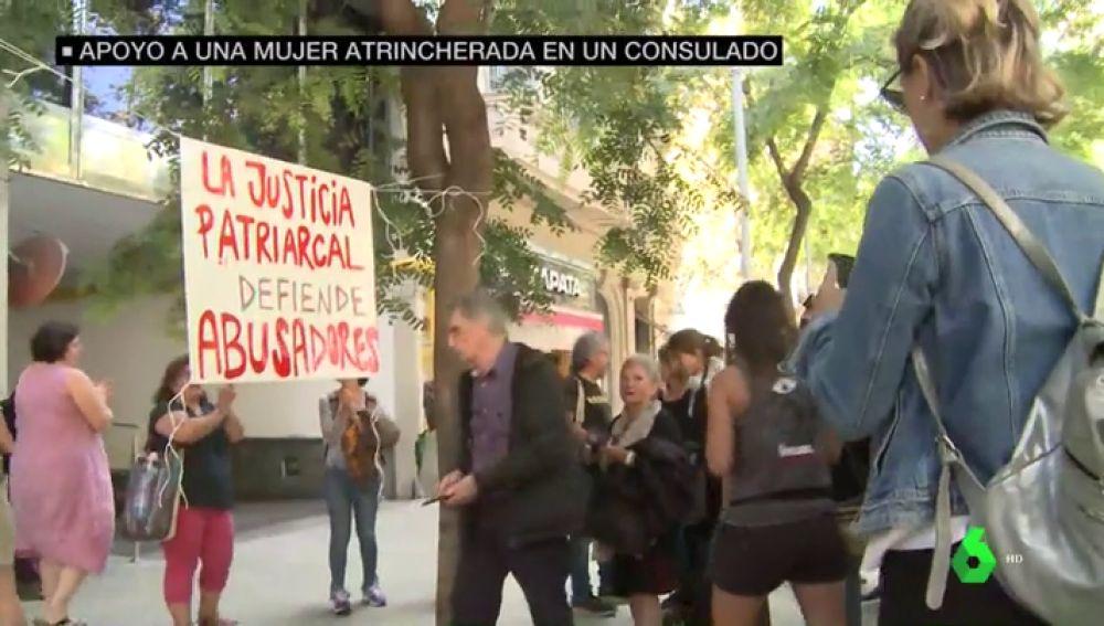 La historia de María: atrincherada en el Consulado de Uruguay para no entregar a su hija al padre