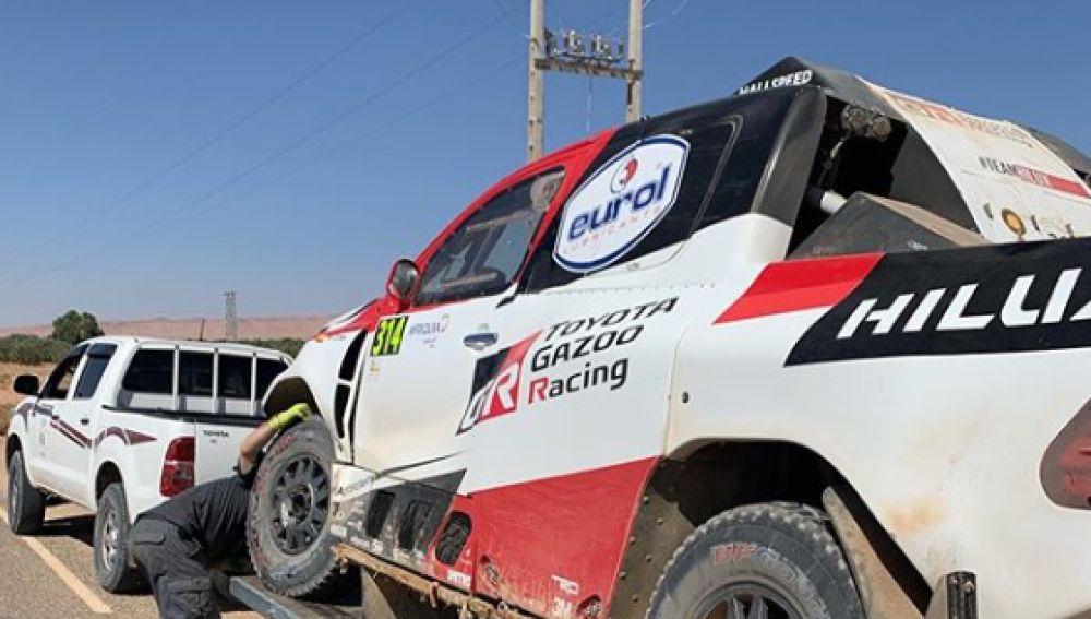 El Toyota de Fernando Alonso, tras sufrir un accidente en la tercera etapa del Rally de Marruecos