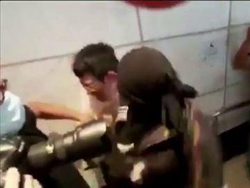 La agresión de un activista radical a un empleado de banca durante las protestas en Hong Kong
