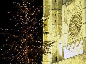 Árbol de Navidad junto a la Catedral de León