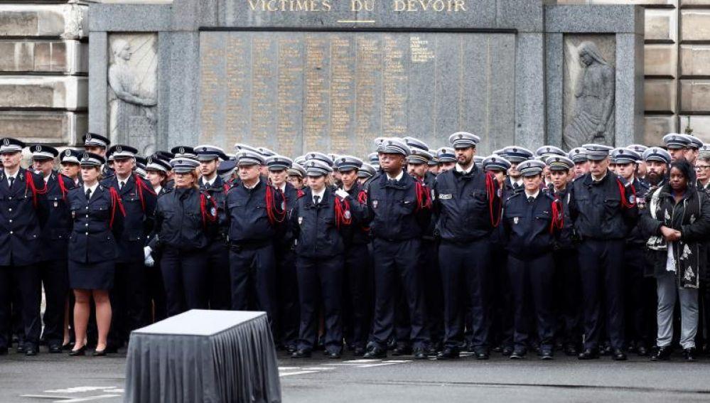 Homenaje a los policías asesinados en París