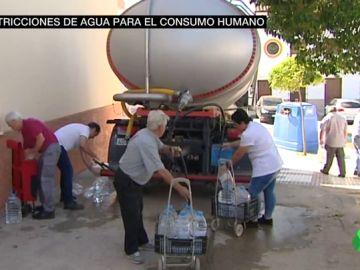 Así es el día a día en el pueblo malagueño sin agua potable por el exceso de sal
