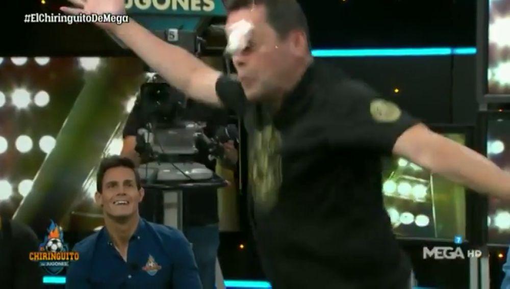 Tomás Roncero se lleva un 'huevazo' imitando el reto viral de Januzaj