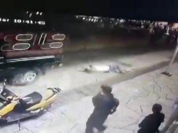 Atan a un alcalde a una camioneta y le arrastran por el suelo por incumplir las promesas electorales