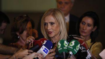 La expresidenta de la Comunidad de Madrid Cristina Cifuentes conversa con los medios esta tarde tras su salida de la Audiencia Nacional