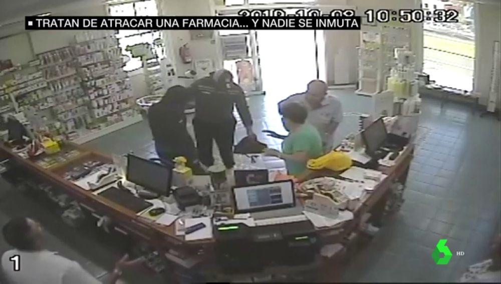 Dos encapuchados protagonizan un surrealista atraco a punta de cuchillo en una farmacia de Tenerife