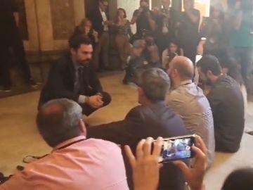 Sentada de los periodistas en el Parlament contra las agresiones sufridas