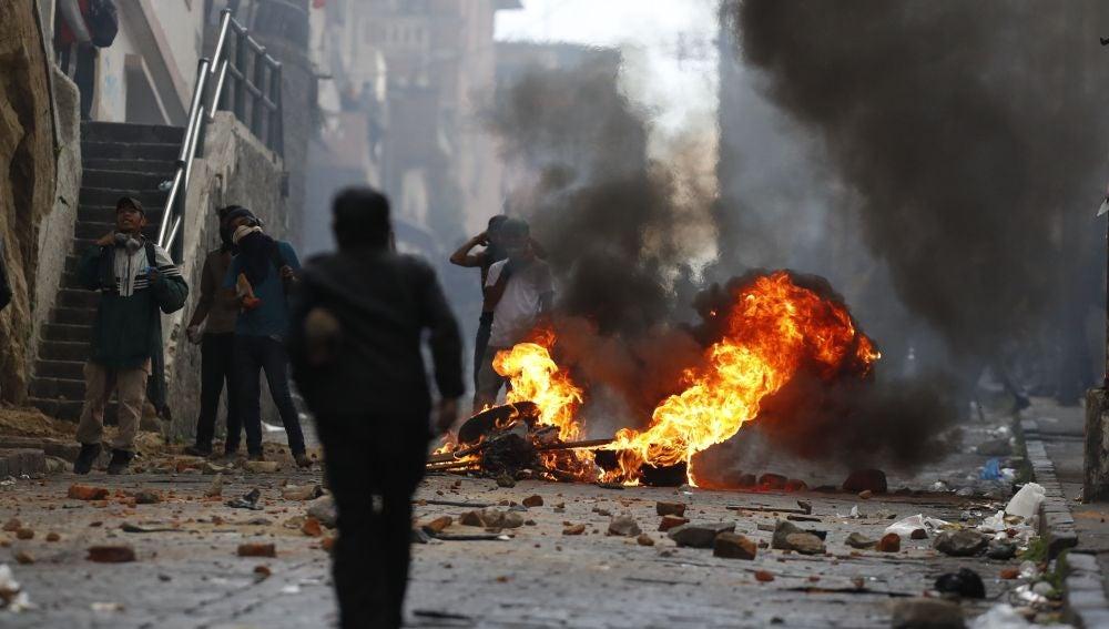 Manifestantes se enfrentan a la policía en el centro de Quito, Ecuador