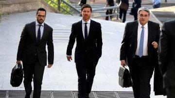 Xabi Alonso entra a la Audiencia Nacional acompañado de sus abogados