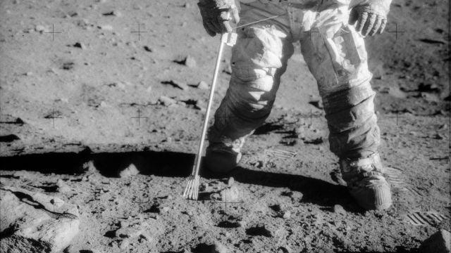El astronauta Charles Conrad Jr., comandante de la misión Apolo 12, pisando la Luna (1969)