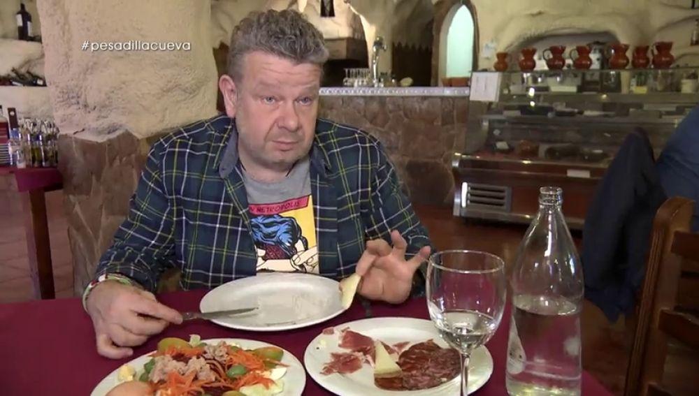 """Chicote tira de humor al ver """"una cosita negra"""" en el queso de La Cueva de Juan: """"Buenas noticias, es inanimada"""""""