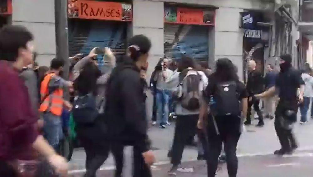 Máxima tensión en el intento de frenar un desalojo de seis familias con menores en Barcelona