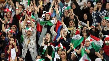 Mujeres festejan la victoria de Irán ante Camboya desde dentro del estadio Azadi, en Teherán.